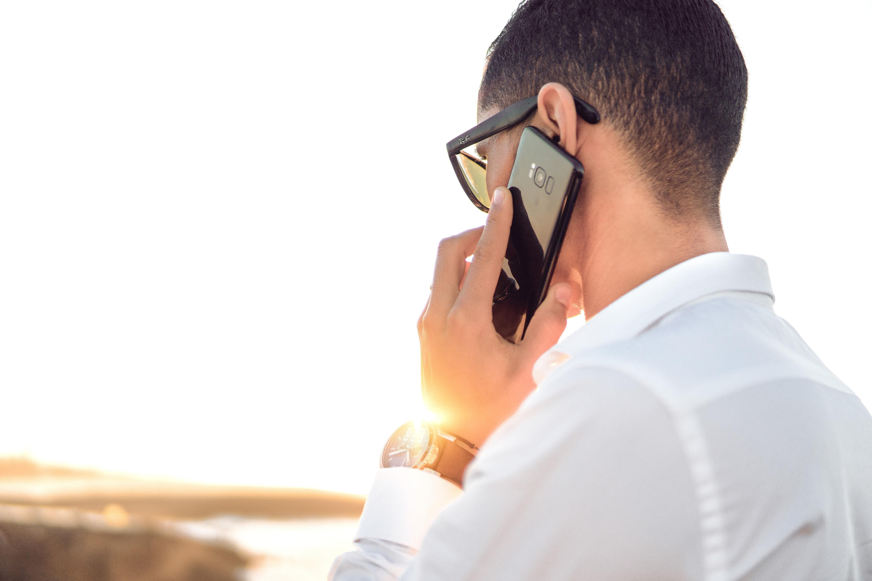 ember telefonon keresztül